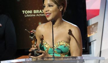 """Legendary R&B songstress Toni Braxton accepts a Lifetime Achievement McDonald's 365Black Award for her commitment to giving back to the community. Other honorees include football cornerback Charles """"Peanut"""" Tillman; award-winning actress Wendy Raquel Robinson; and educator and historian Lonnie Bunch, among others. The awards are presented annually to salute outstanding achievements of those who are committed to making positive contributions that strengthen the African-American community. McDonald's 365Black Awards show will premiere September 1 on BET Networks at 9pm EST. (PRNewsFoto/McDonald's USA)"""