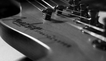 Pre-CBS Fender Stratocaster Headstock Head Strings and Tuners Black and White Music Desktop HD Wallpaper 1032x774 www.greatguitarsound.blogspot.com